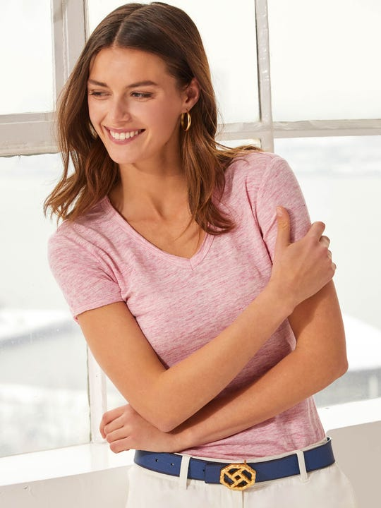 Model wearing J.McLaughlin Kacey Linen Tee  in rose pink made with linen fabric.